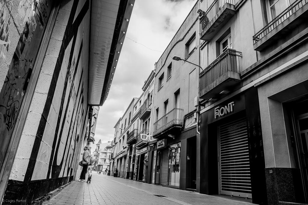 Veïnes del carrer de Sant Magí parlen en la distància durant el confinament.