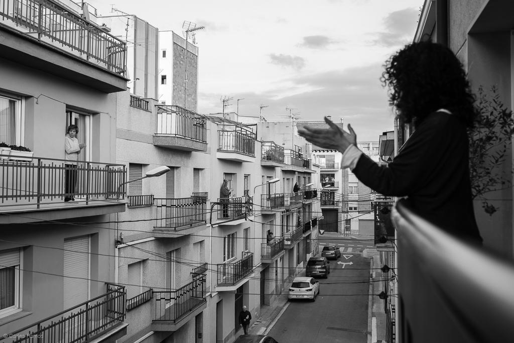 Cada dia a les 20,00, la Susanna surt al balcó a aplaudir juntament amb el seu veïnat per reconèixer la tasca del personal del sector sanitari - 21/03/2020