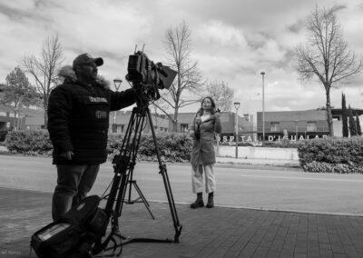 L'equip de TVE format per Marta Sugrañés i el càmera Jordi Sánchez van ser un dels pocs mitjans que van poder seguir informant des de dins de la zona confinada en ser veïns de la Conca.