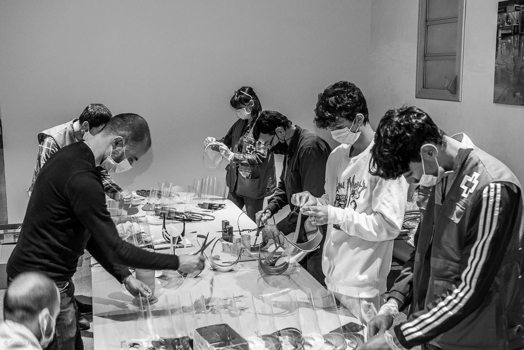 Voluntaris del Projecte MALLA munten màcares a la seu de Fira Igualadai l'IGNova. La iniciativa coordina més de 100 voluntaris imprimint material 3D de protecció personal per repartir-ho entre centres de salut, residències i establiments d'atenció al públic - Carles Ramos