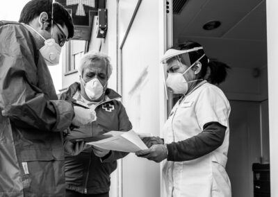 En Guillermo i el Joan, voluntaris de Creu Roja Anoia, compren i porten els medicaments de la gent gran confinada - 23/04/2020.