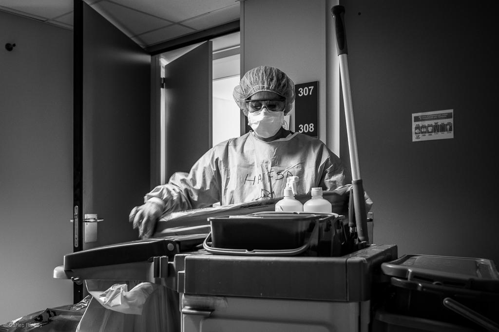 La Hafsa forma part de l'imprescindible personal de neteja que també passa moltes hore equipada amb els EPI que dificulten la seva feina. Hospital d'Igualada, 06/05/2020