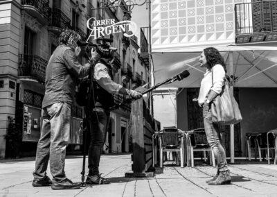 L'equip de TV3 format per Lluís Miquel Garcia i Erik van Hooft preparen entrevistes per al Telenotícies migdia durant el primer dia de desconfinament. - Carles Ramos