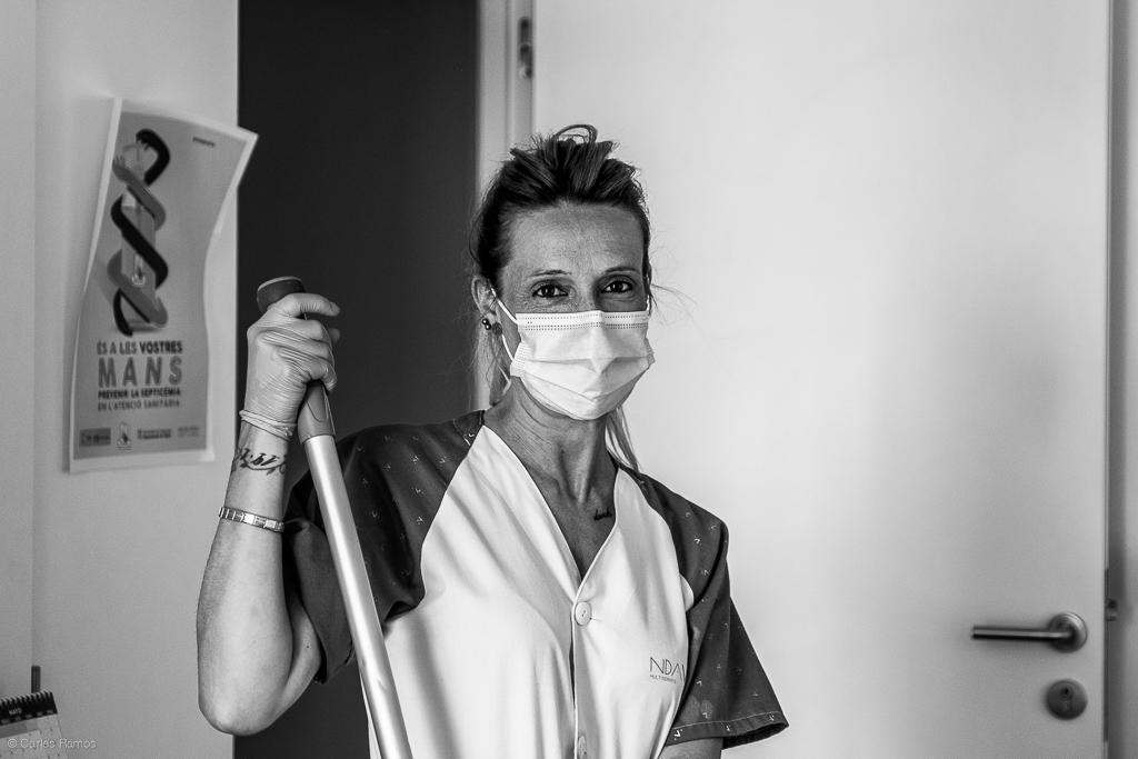 La Iolanda forma part de l'equip de neteja que treballa en primera línia a l'Hospital d'Igualada i que s'ha adaptat a les noves condicions, sovint extremes per mantenir netes les instal·lacions i evitar contagis.