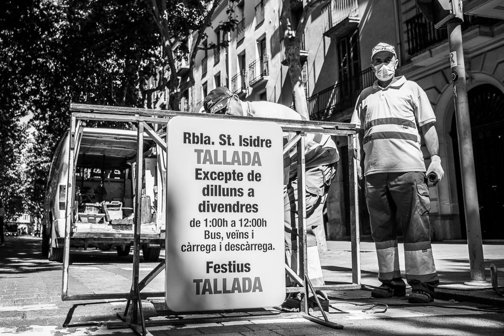 Operaris de l'Ajuntament d'Igualada instal·len senyalització per tancar la Rambla permanentment excepte entre setmana fins el miigdia - 18/05/2020.