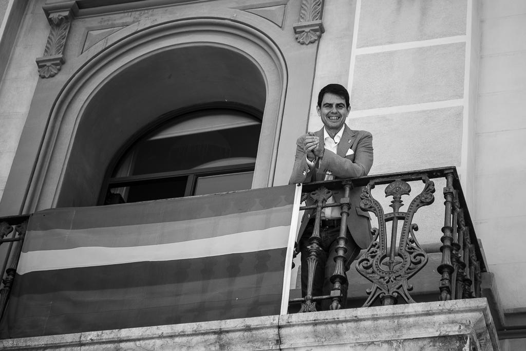 Marc Castells, alcalde d'Igualada, somriu des del balcó de l'Ajuntament en veure la ciutadania sortint al carrer el primer dia de la Fase 1 del desconfinament de la Conca d'Òdena - 18/05/2020
